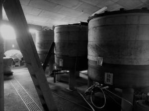 贅沢な時間と蔵人によるてまひまをかけた静置発酵酢