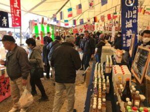 佐賀農業まつり2019テント内会場通路も人が沢山です。